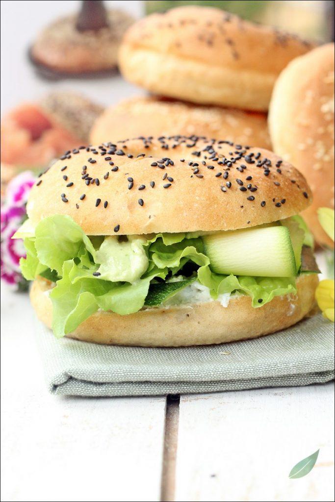 bagel vegani con tofu e avocado