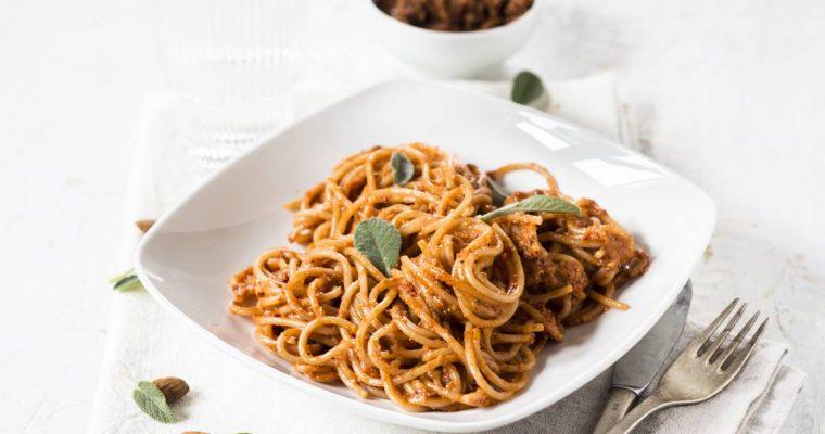 Spaghetti con pesto di mandorle e pomodori secchi